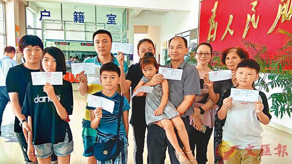 ■ 來自台灣台北的翁偉書祖孫三代順利申領居住證,在派出所來一張「全家福」。香港文匯報記者蔣煌基 攝