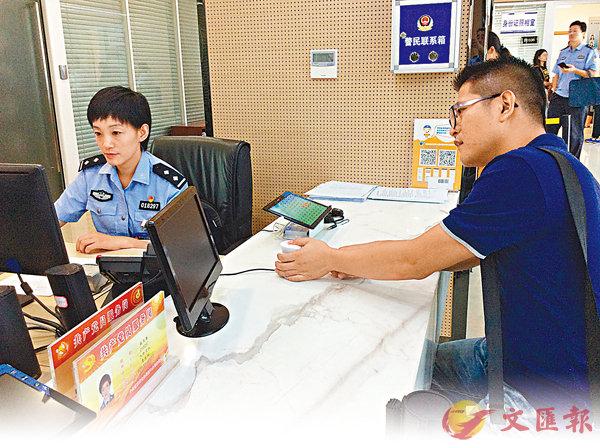 ■ 台積電的供貨商李文義在留取指紋。 香港文匯報記者陳旻 攝