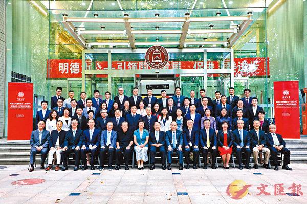 ■與會嘉賓與清華大學高級公共管理碩士(EMPA)香港政務人才項目首屆新生合影。 香港文匯報記者馬靜  攝