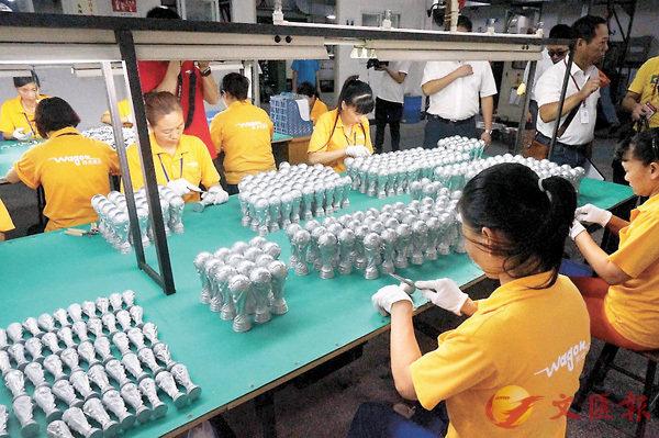 ■東莞將在3年內轉化50萬名技能人才。圖為工人正在製作產品。香港文匯報記者帥誠  攝