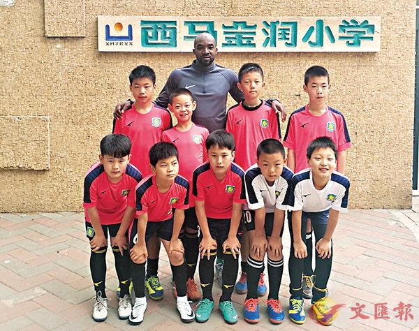 ■近年來,中國政府及家長愈發重視足球教育,為不少「洋教練」提供了教學機會。圖為李卡德與球隊合影。 受訪者供圖