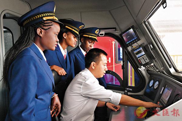 ■中企對非技術轉移改善了當地的技術環境。圖為去年5月17日,肯尼亞火車司機跟隨中國老師熟悉操作流程。 資料圖片