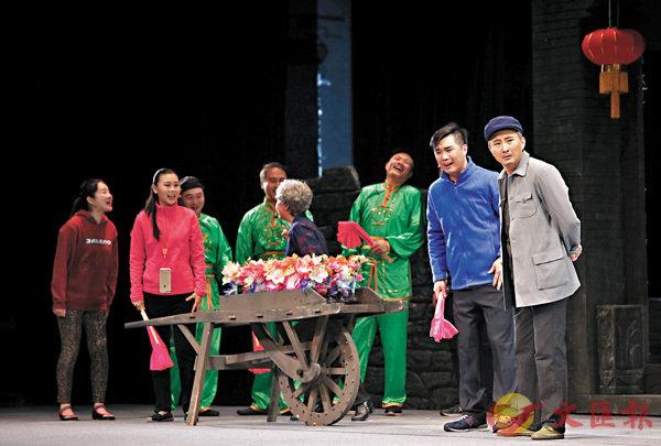 ■今年4月,北京曲劇《花落花又開》通過網絡直播,掀起30萬人在線觀看的熱潮。新華社