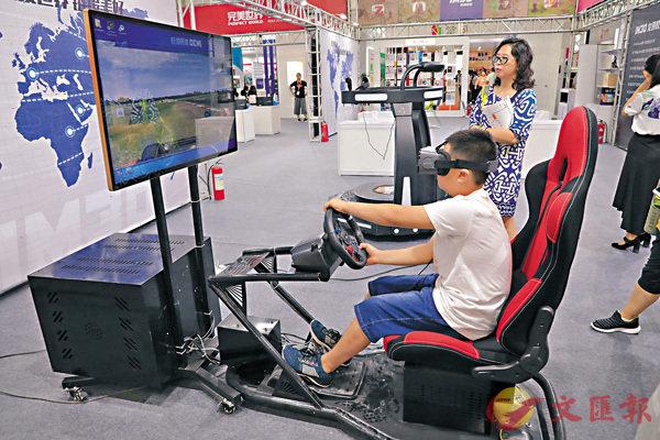 ■一名兒童在現場進行VR體驗。
