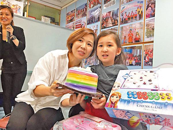 ■12歲的張希藍(右)在兩歲時確診腦癌,張媽媽(左)形容康復的過程很難走,不但生理,心理也承受很大的壓力。香港文匯報記者楊佩韻  攝