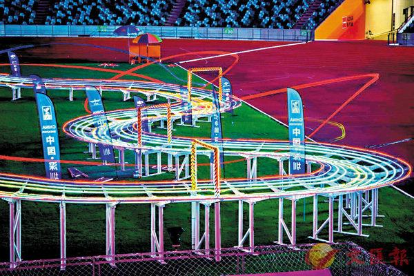 ■賽事採用全球第一條真正意義上的空中3D多層立體賽道,創造了多項全球第一。  香港文匯報深圳傳真