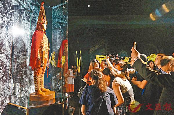 ■「金人」吸引了眾多的參觀者。