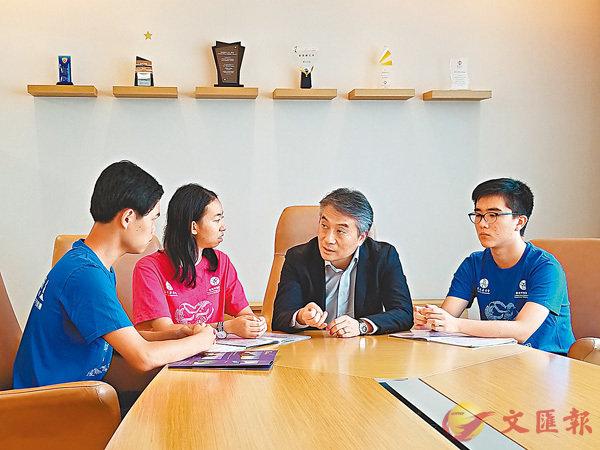 ■左起:謝皜民、葉迎之、藍國慶、黃德熙。三位同學先後跟藍國慶(左三)分享此行感受。  香港文匯報記者姜嘉軒  攝