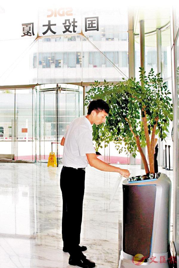 ■ 送餐機械人在上海一幢寫字樓試運行逾一個月,每日午餐高峰期大約能完成20至30單。 網上圖片