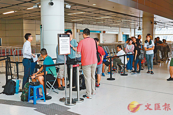 ■高鐵將於明日起預售車票,昨日在西九龍總站售票處,各傳媒記者及市民提早兩日排隊買票。 香港文匯報記者彭子文  攝