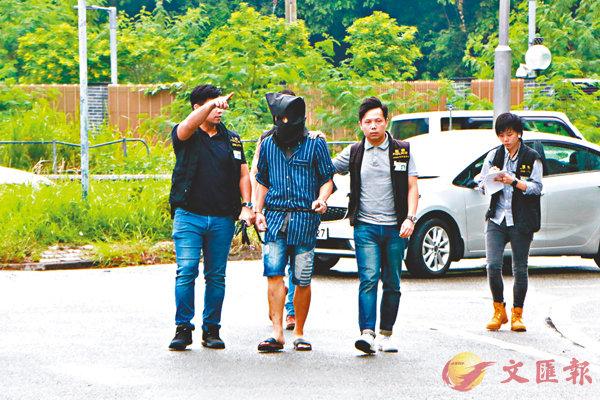 ■警員押疑犯進行案件重組。香港文匯報記者鄧偉明  攝