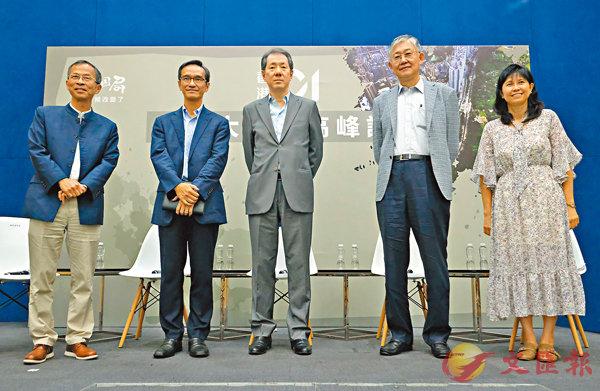 ■黃遠輝(左二)表示,沒有一個土地供應選項是所有人百分之百支持。 香港文匯報記者梁祖彝  攝