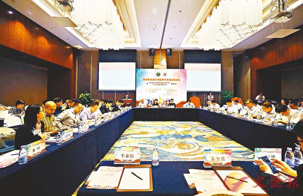 ■首屆「粵港澳大灣區青年發展法律論壇」昨日在深圳舉行,約80位專家學者出席研討。 香港文匯報深圳傳真
