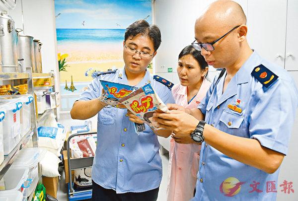 ■韓正強調,要在持續解決問題中推動食品安全。圖為9月5日福建省福州市食監人員在抽查校園食品。 資料圖片
