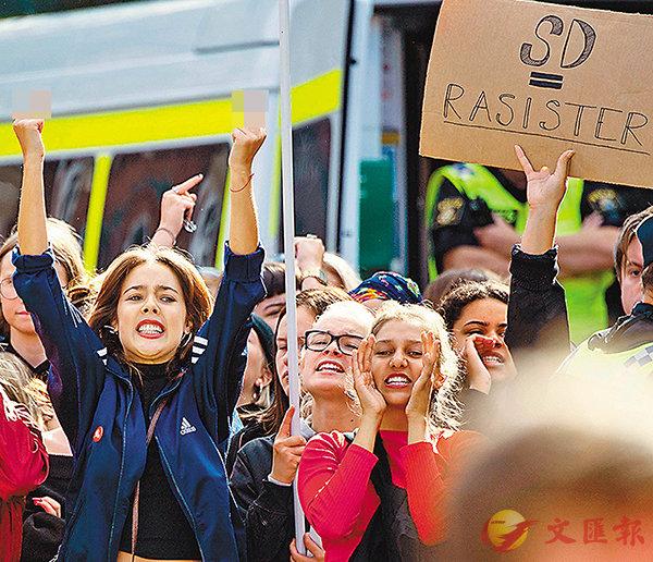 ■極右政黨集會惹來反對者示威。 法新社