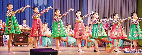 ■朝鮮學生跳舞慶祝建國70周年。 路透社