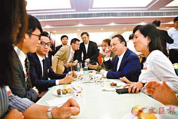 ■譚鐵牛(右二)跟教師們邊吃邊聊。 香港文匯報記者莫雪芝 攝