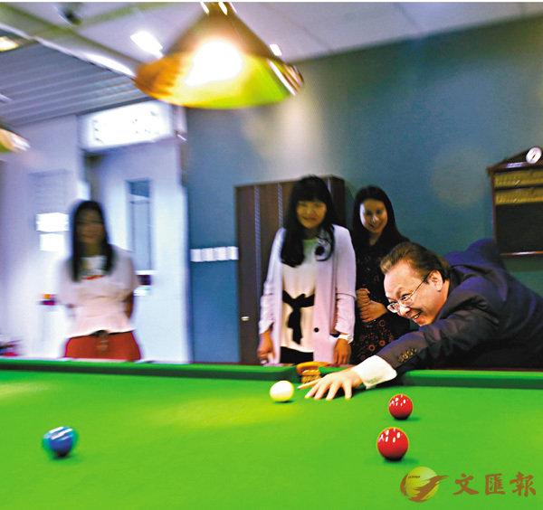 ■譚鐵牛在活動室一展球技。 香港文匯報記者莫雪芝  攝