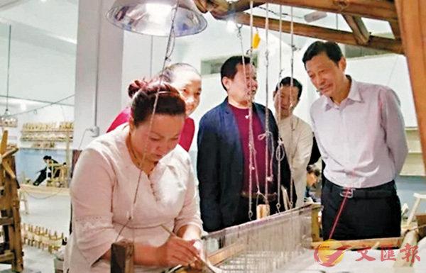 ■國內外客商參觀「魯山綢」的生產線。 本報河南傳真
