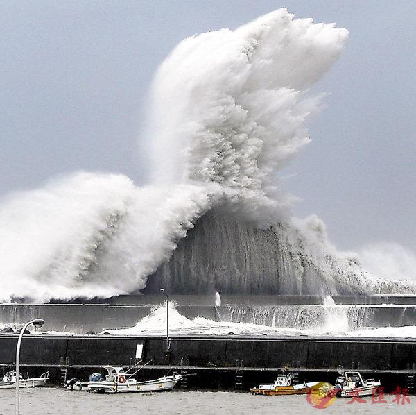 ■日本遭遇強颱風,巨浪拍打海岸。新華社