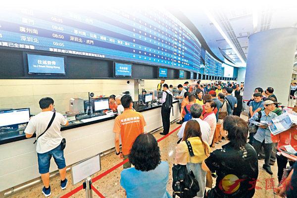 ■ 港鐵於昨日早上8時正式開售高鐵票,吸引大批市民購買。香港文匯報記者彭子文  攝
