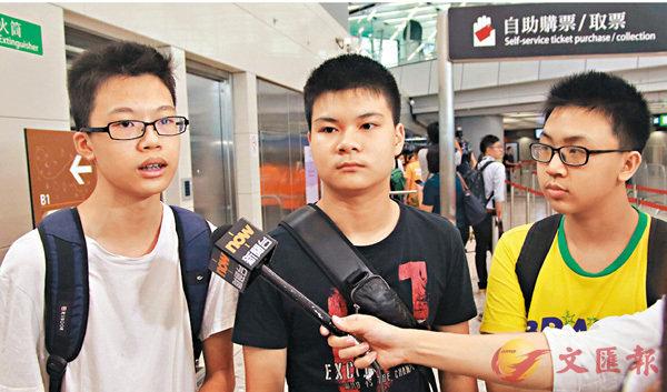 ■鍾同學(左)與2名友人以現金方式在自助購票機購票,大約花2分鐘。 香港文匯報記者彭子文 攝