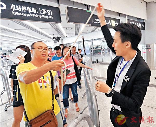 ■林先生(左)欣賞魔術表演。 香港文匯報記者彭子文  攝