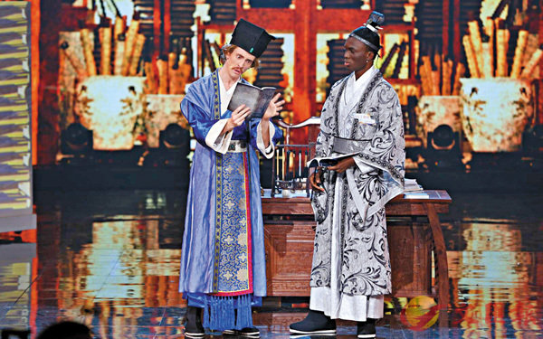 ■ 身�蚨~服的「漢語橋」選手在表演舞台劇。   香港文匯報湖南傳真