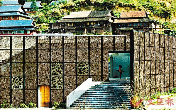 ■李雅瑛特別設計一幅廣闊的竹筒裝飾牆,把中心和周邊環境連成一片。 香港大學供圖