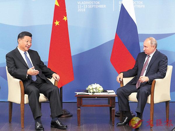 ■中國國家主席習近平在符拉迪沃斯托克同俄羅斯總統普京舉行會談。  中新社