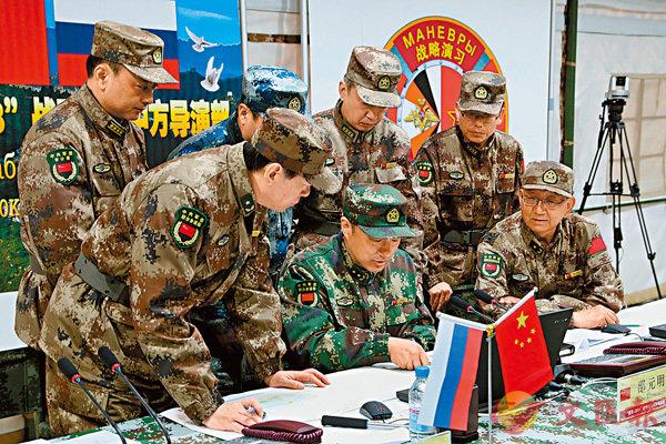 ■中俄參演官兵將在未來幾天共同進行聯合戰役演習。圖為中方導演部進行作戰籌劃。 中新社