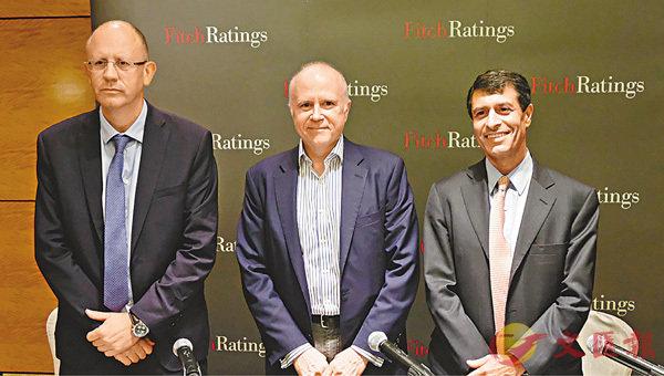■左起:惠譽首席經濟師Brian Coulton、惠譽環球主權評級主管James McCormack、惠譽亞太區主權評級主管施帝文。 梁祖彝  攝