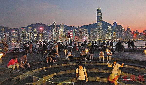 ■熱帶風暴「百里嘉」逐漸逼近,昨日本港天氣未受風暴影響,市民如常出入。 香港文匯報記者曾慶威 攝