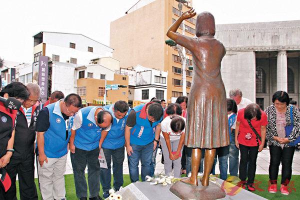 ■此次遭踢的銅像,是全台第一座「慰安婦」銅像,意義深重。圖為國民黨眾人在台南向銅像獻花。 中央社