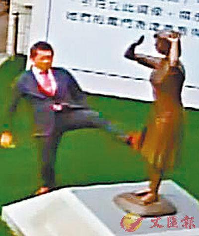 ■藤井實彥7日抬腳踢向「慰安婦」銅像。監控截圖