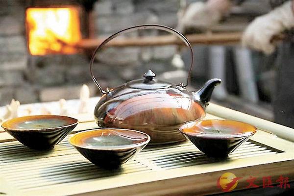■伍映山製作的黑釉窯變茶具套裝。 香港文匯報記者王逍 攝