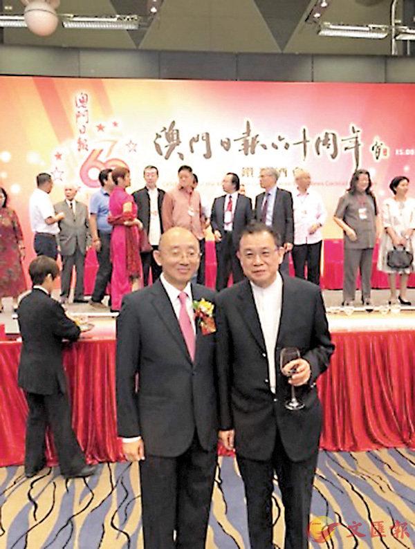 ■作者(右)與《澳門日報》陸波社長攝於《澳門日報》六十周年慶典酒會。 作者提供