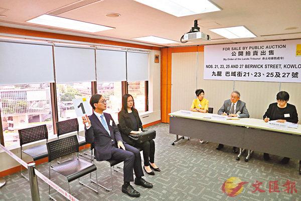 ■�痚繲嶸E明代表集團舉牌。香港文匯報記者黎梓田 攝