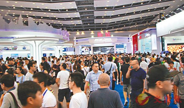 ■中國國際智能產業博覽會吸引50萬餘人次觀展。 記者李兵  攝
