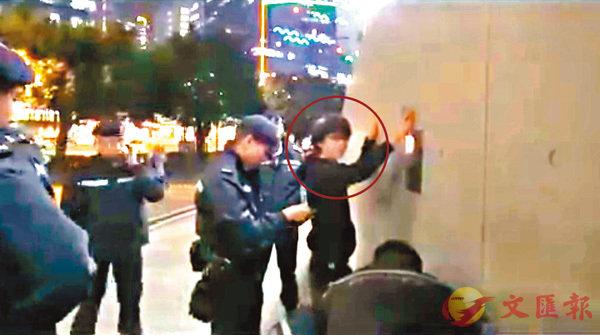 ■劉康(紅圈)當日被截查後,查出藏有仿製槍械。 資料圖片