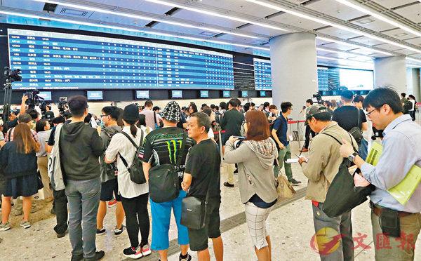 ■港鐵昨日澄清,當乘客在「內地口岸區」內及「動感號」位於香港段時使用WiFi,相關個人資料不會傳送至內地方。圖為市民在西九總站排隊買高鐵票。 資料圖片