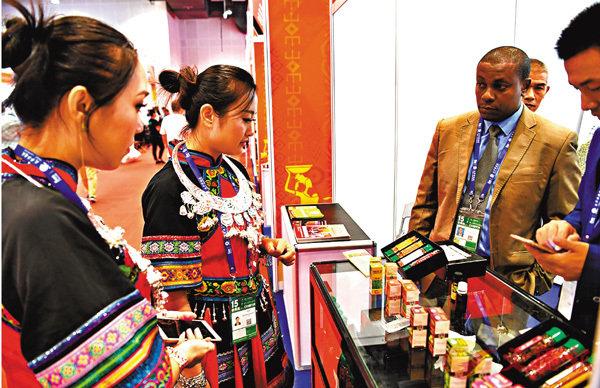 ■坦桑尼亞是第十五屆中國-東盟博覽會特邀合作夥伴。圖為坦桑尼亞參展商在向中國參展商介紹本國商品。    新華社
