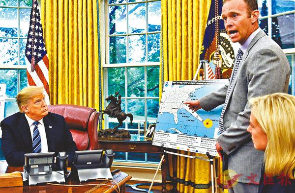 ■特朗普聆聽官員匯報。 美聯社