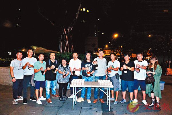 ■劉德華、苗僑偉等為《掃毒2》殺青開香檳慶祝。