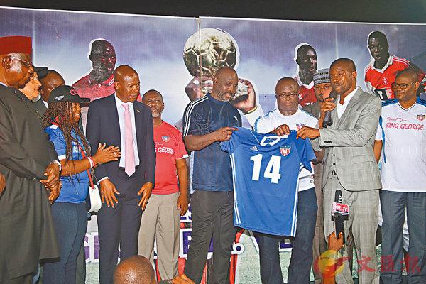 ■韋亞(中)的14號球衣從利比里亞國足退役。 路透社