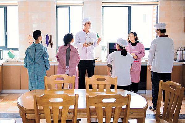 ■胡衛建議特殊教育體系要全面覆蓋各級各類教育。圖為特殊教育學校的學生們在上烹飪課。新華社