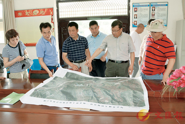 ■王文科(右二)在陝西省旬邑縣城關鎮紙坊村為當地扶貧攻堅工作出謀劃策。