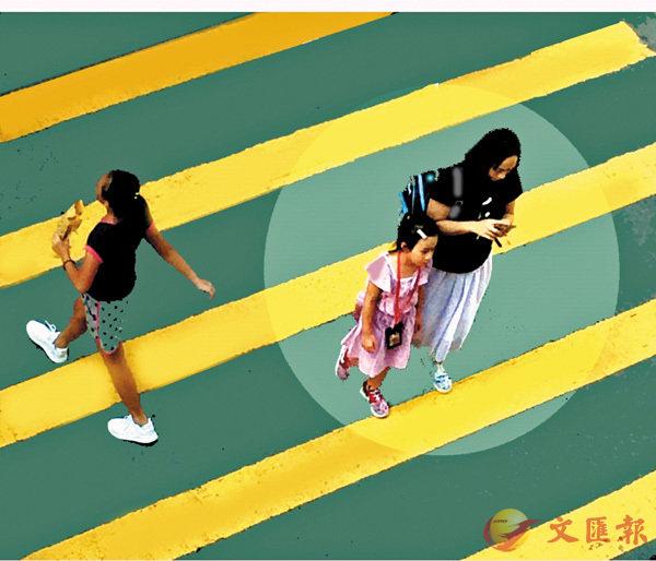 ■最常製造交通意外的手機老媽子。  作者提供