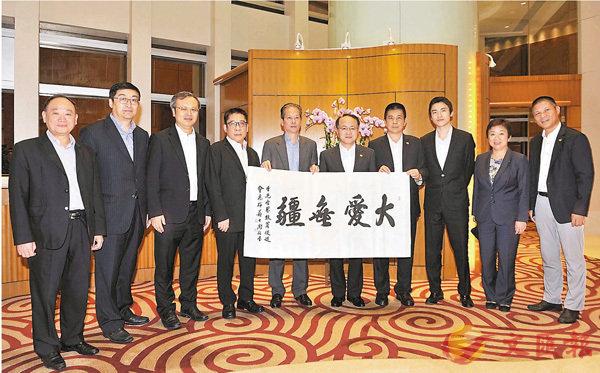 ■中聯辦主任王志民(右五)昨晚在中聯辦內會見了香港各界扶貧促進會一行。 中聯辦網站圖片