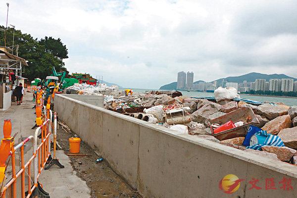 ■今年初,政府部門已在鯉魚門築起1米高石屎牆阻擋海水。香港文匯報記者鄧偉明  攝